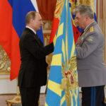 Путин вручил знамя ВКС главнокомандующему войск Бондареву